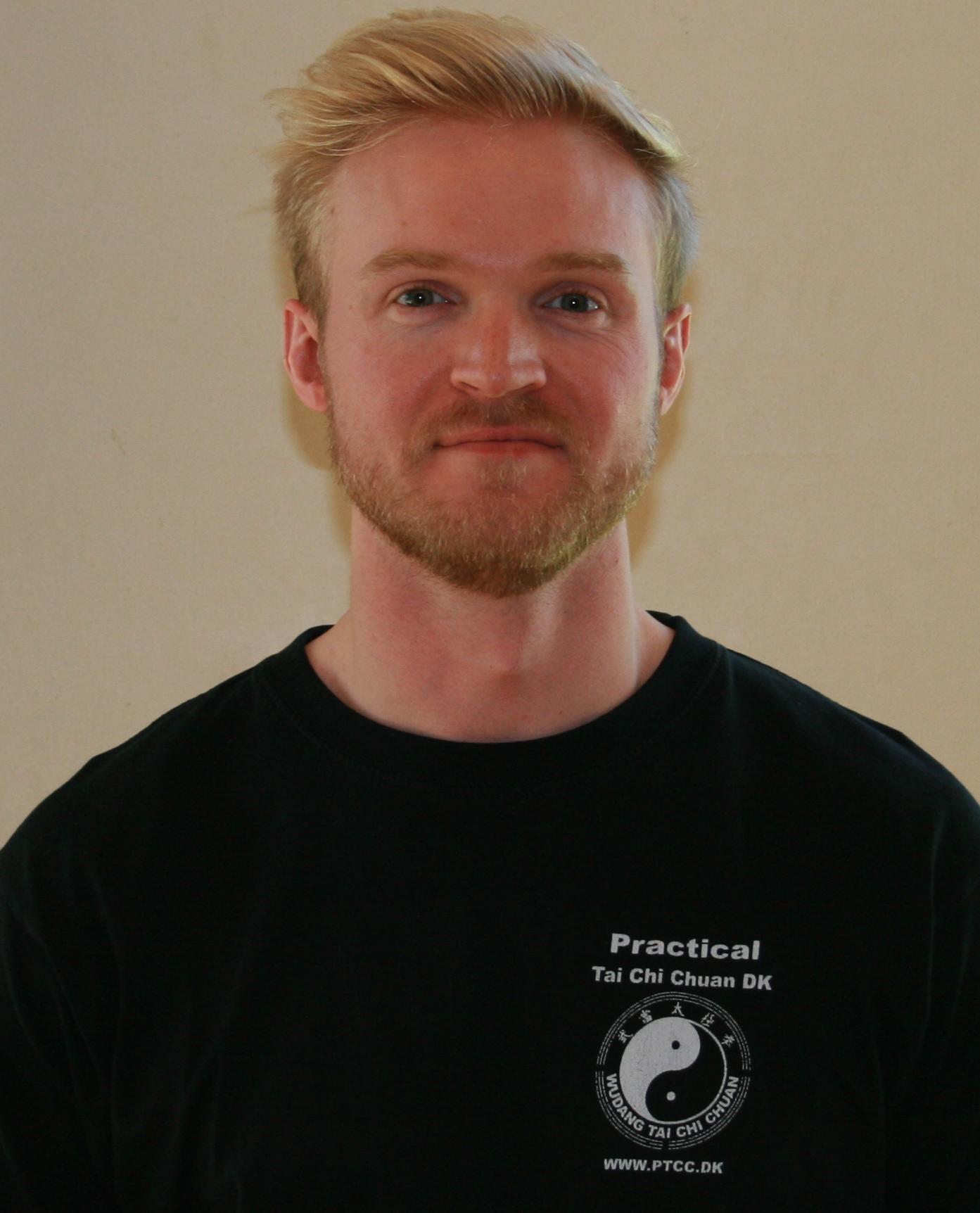 Chefinstruktør Kasper Larsen Praktiseret Tai Chi siden 1993. Instruktørniveau: 5. Internationale resultater - IMG_2402